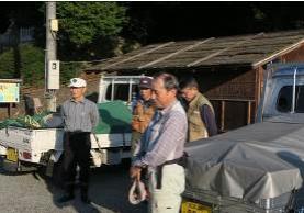 見学会に先立ち前、講師の小林先生のあいさつ(中央)