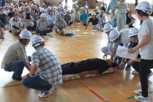 傷病者搬送訓練 身近なもので担架を作ります